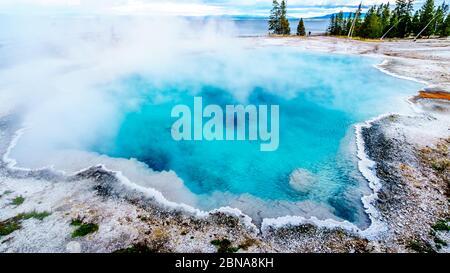 El color turquesa de la piscina trasera en la cuenca del géiser West Thumb en el Parque Nacional Yellowstone, Wyoming, Estados Unidos