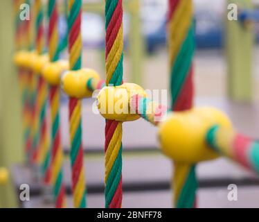 Cuerdas de colores en el patio de recreo