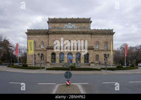 Brunswick, Alemania. 1 de abril de 2020. 'Pausa' está escrito en una bandera frente al Teatro Estatal Braunschweig. Para frenar la propagación del coronavirus, el gobierno federal ha restringido considerablemente la vida pública. Crédito: OLE Spata/dpa/Alamy Live News