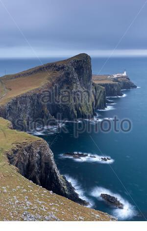 Faro Neist Point en la distancia en el punto más occidental de la isla de Skye durante el invierno. Escocia, Reino Unido. Noviembre de 2013. Foto de stock