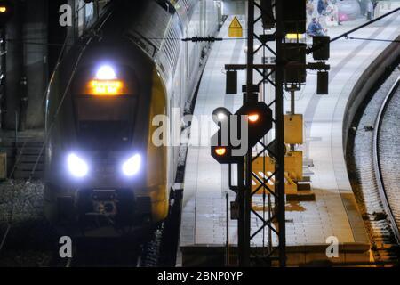 Tren local con plataforma y señal de tren en la Estación Central de Hamburgo por la noche, Hamburgo, Alemania, Europa Foto de stock