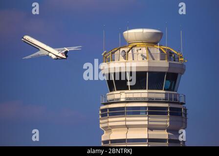 WASHINGTON, DC, USA - 26 DE SEPTIEMBRE de 1997 - el embarcadero comercial de Delta Airlines pasa la torre de control en el Aeropuerto Nacional Reagan DCA.