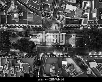 Las Ramblas y miro mosaico vista aérea Barcelona Cataluña España. La Rambla es una calle en el centro de Barcelona. Una calle peatonal arbolada, que str