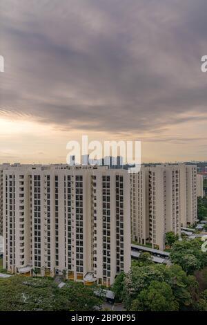 Nubes dramáticas contra el cielo azul con edificios residenciales modernos y paisaje urbano en primer plano. Vista desde la ventana durante el disyuntor SG