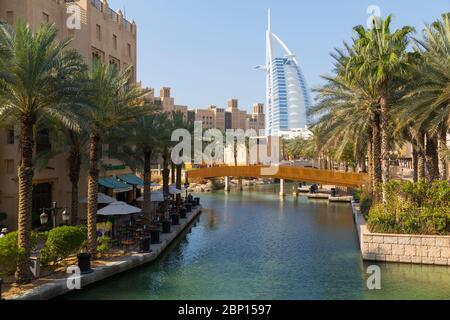Vista de Burj Al Arab de Madinat Jumeirah, Dubai, Emiratos Árabes Unidos, Oriente Medio