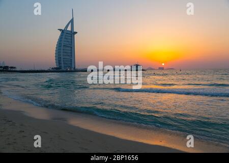 Burj al Arab Hotel and Sunset on Jumeirah Beach, Dubai, Emiratos Árabes Unidos, Oriente Medio