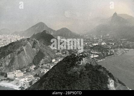 Fotografía de época, vista panorámica de Río de Janeiro, Brasil desde el monte Sugarloaf (Pão de Açúcar) con Corcovado y Cristo Redentor a distancia. Foto tomada del 12 al 13 de julio de 1955 por un pasajero que zargó de un crucero. FUENTE: FOTOGRAFÍA ORIGINAL