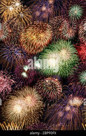De víspera de Año Nuevo con fuegos artificiales de fondo formato retrato años año fondos de fuegos artificiales