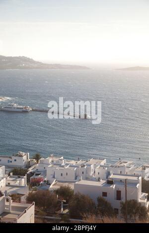 Vista panorámica de la ciudad de Mykonos puerto con molinos desde las colinas por encima de un día soleado de verano, Mykonos Cyclades, Grecia