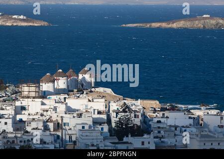 Vista panorámica de la ciudad de Mykonos puerto desde las colinas por encima de un día soleado de verano, Mykonos Cyclades, Grecia