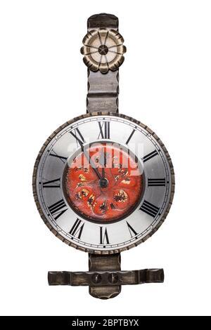 Reloj de pared aislado. Reloj de pared de colores metálicos vintage aislado sobre un fondo blanco. El reloj de pared muestra que es de 5 minutos a 12.