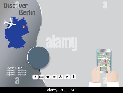 Descubra Berlín concepto con el avión que volaba sobre el mapa de Alemania. Turista manos sujetan un teléfono inteligente que muestra un mapa de la ciudad en el lado de la derecha vacía Foto de stock