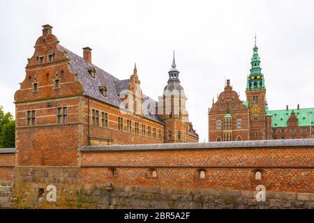 Fachada del Palacio Real Frederiksborg Slot en estilo renacentista holandés en Hillerod. Fue construido como residencia real del rey Christian IV y es n