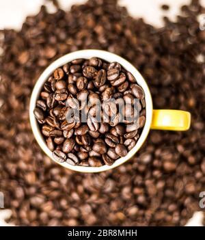 Granos de café tostado, semillas sobre fondo oscuro. Espresso oscuro, aroma, bebida negra de cafeína. Primer plano de energía aislada moca, ingrediente capuchino.