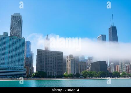 Chicago Skyline con una nube baja de niebla colgada sobre el lago Michigan