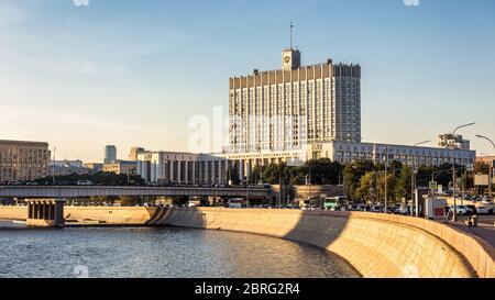 Casa del Gobierno de la Federación de Rusia, Moscú, Rusia. Vista panorámica del dique Krasnopresnenskaya con la Casa Blanca Rusa. Bonito Foto de stock