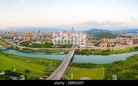 Vista aérea de la ciudad de Taipei - imagen del concepto de negocio de Asia, paisaje urbano moderno panorámico edificio vista de pájaro bajo el amanecer y el cielo azul brillante de la mañana,