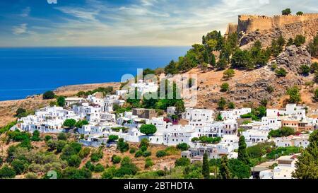 El famoso e histórico pueblo medieval de Lindos en la isla griega de Rodas con la Acrópolis en el fondo