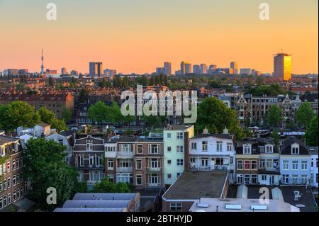 Hermoso paisaje urbano con vistas a la ciudad de Amsterdam en los países Bajos al atardecer