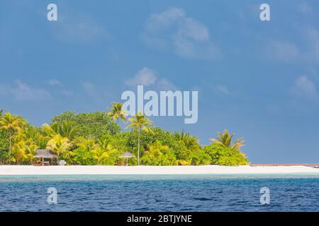Paraíso tropical de la isla. Playa exótica sobre el mar azul. Palmeras con arena blanca bajo el cielo azul. Un destino turístico increíble, un complejo hotelero privado