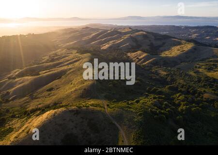 La luz del sol de la tarde ilumina las hermosas colinas y valles rurales de la Bahía este, justo al este de la Bahía de San Francisco en el norte de California.