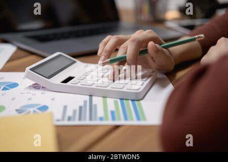 Vista cercana de contable o financiero de manos del inspector que informe, calcular o controlar el equilibrio. Foto de stock
