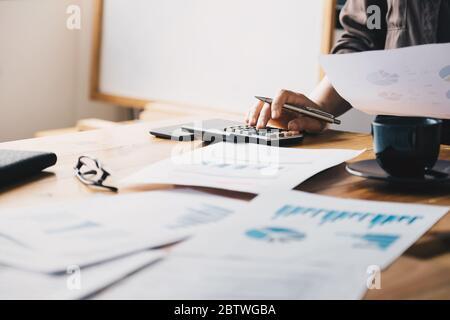 Vista de cerca de la contabilidad o del inspector financiero manos hacer informe, calcular Foto de stock