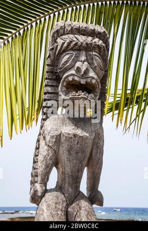 Kū-kaʻilimoku, un ídolo de madera de un Dios hawaiano de la Gobernanza y la guerra, la piedad patrona en la isla de hawai'i, Puʻuhonua o Hōnaunau Nacional de su