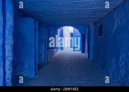 Varios tonos de azul en la sección de la Ciudad Vieja de Chefchaouen, también conocida como la Ciudad Azul, situada en las montañas Rif del noroeste de Marruecos