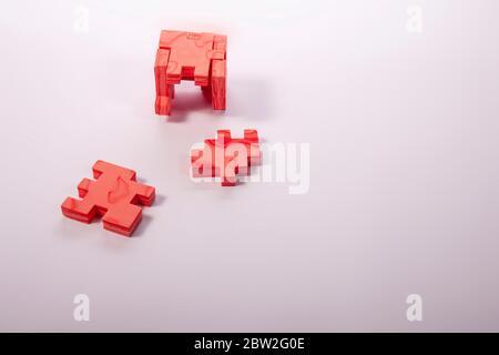 rompecabezas de las piezas de un cubo en rojo