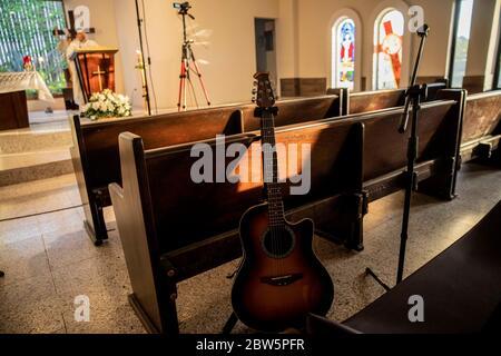 """HERMOSILLO, MÉXICO - MAYO 27: Una guitarra está sola en un espacio donde el coro del templo de Santa María de Guadalupe suele cantar, ya que el inicio de la masa pandémica se ha mantenido a puerta cerrada a través de redes sociales, como parte de la saludable perturbación de Covid-19 el 27 de mayo de 2020 en Hermosillo, México. A pesar del creciente número de casos positivos de COVID-19 en el país, el programa """"distancia saludable"""" finaliza el 31 de mayo, pero las restricciones continuarán en aquellas ciudades con un elevado número de casos confirmados. (Foto de Luis Gutiérrez/ Norte Foto)"""