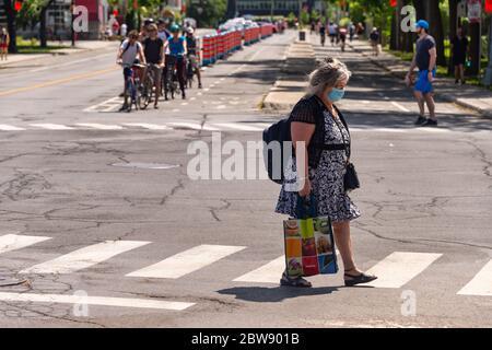 Montreal, CA - 30 Mayo 2020 : Mujer mayor con máscara para protección contra COVID-19 en Rachel Street