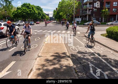 Montreal, CA - 30 de mayo de 2020: Corredor de ciclismo en la calle Rachel en el distrito de Rosemont – la Petite-Patrie durante la pandemia de Corovanirus Covid-19