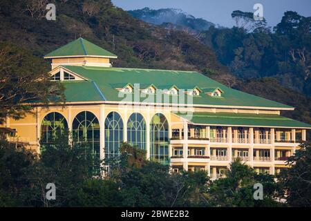 Luz de mañana temprano en Gamboa Rainforest Resort y el bosque lluvioso en el Parque Nacional Soberania, Gamboa, provincia de Colón, República de Panamá Foto de stock