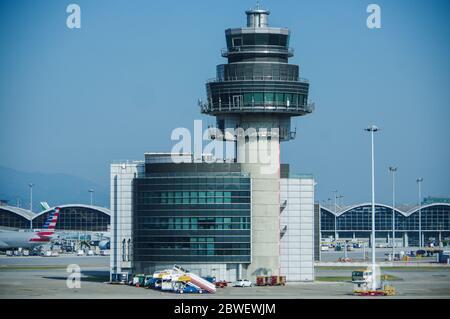 Hong Kong, China - 28 de noviembre de 2016: HKG edificio de torre de control de tráfico aéreo en el Aeropuerto Internacional Chek Lap Kok de Hong Kong