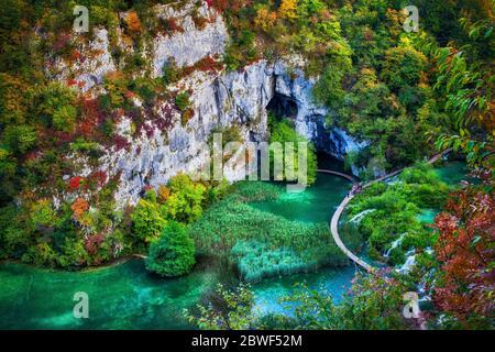 Parque Nacional de los Lagos de Plitvice paisaje otoñal en Croacia, vista aérea al lago