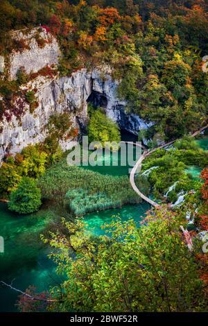 Paisaje del Parque Nacional de los Lagos de Plitvice en Croacia, vista aérea al lago con camino de madera y follaje otoñal.