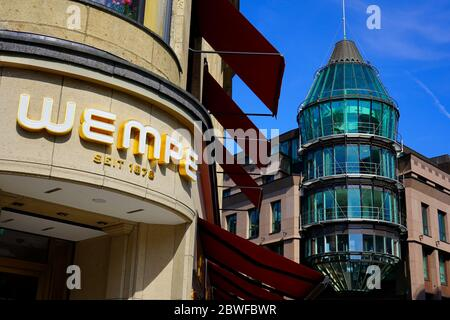 """La joyería alemana tradicional """"Wempe"""" (fundada en 1878) y la fachada moderna del centro comercial """"Schadow-Arkaden"""" (abierta en 1994)."""