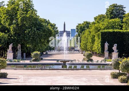 París, Francia - 29 de mayo de 2020: Vista de la Plaza de la Concordia y el Arco del Triunfo desde el jardín de las Tullerías en París