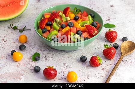 Ensalada de frutas con bayas y sandía