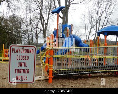 El parque infantil está cerrado debido a una pandemia en Wellsville, Nueva York, EE.UU.