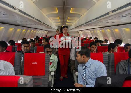 Un equipo de cabina que sirve comida en un avión de Best Airways. Bangladesh