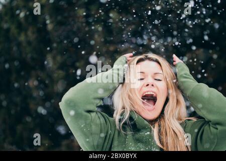 Rubia escandinava en invierno en la nieve - una emoción brillante de alegría y choque