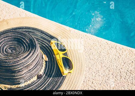Gafas de sol en el borde de la piscina - la temporada de vacaciones - descanso y recuperación