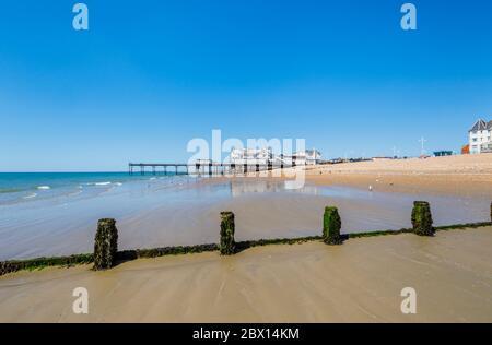 Vista del muelle y de los grinos expuestos en marea baja en Bognor Regis, una ciudad costera en West Sussex, costa sur de Inglaterra