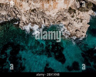 Vista superior abajo de la isla paisaje, paisaje marino España Mallorca, playa bahía Cala s'Almunia, hermosa costa Mar Mediterráneo. Islas Baleares, Cliff