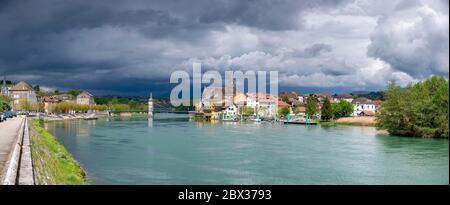 Francia, Alta Saboya (74), Seyssel, vista panorámica del Ródano con la pequeña ciudad de Seyssel Ain (01) a la izquierda y Seyssel Haute-Savoie (74) a la derecha bajo un cielo tormentoso Foto de stock