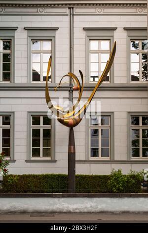 Un péndulo alado móvil como arte en la construcción. Instalación artística frente al edificio en Grevenbroich, Alemania