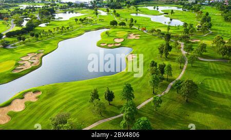Vista aérea del paisaje del campo de golf con vista al amanecer en la toma de la mañana. Bangkok Tailandia