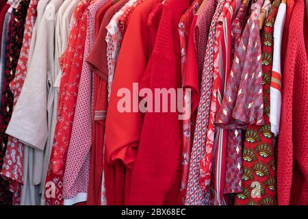 camisas de color rojo top vestir ropa en un percha